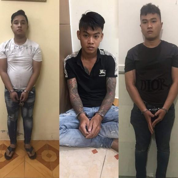 Trần Hoàng Lâm (áo trắng) cùng 2 đồng bọn tại cơ quan công an