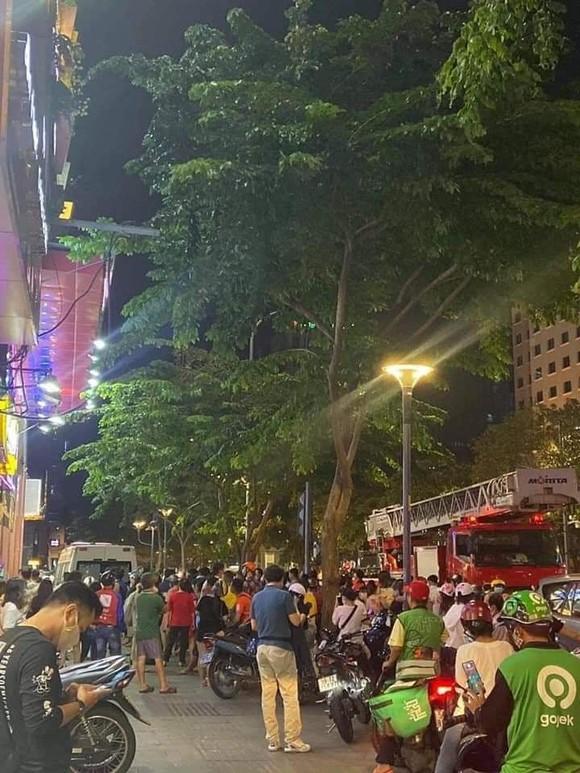 Giải cứu người phụ nữ rơi chung cư ở phố đi bộ Nguyễn Huệ, quận 1 ảnh 1