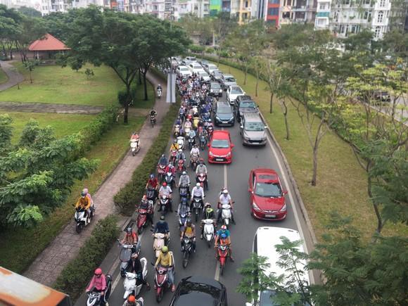 Xe khách leo lên dải phân cách trên cầu Sài Gòn, giao thông tê liệt nhiều giờ ảnh 5
