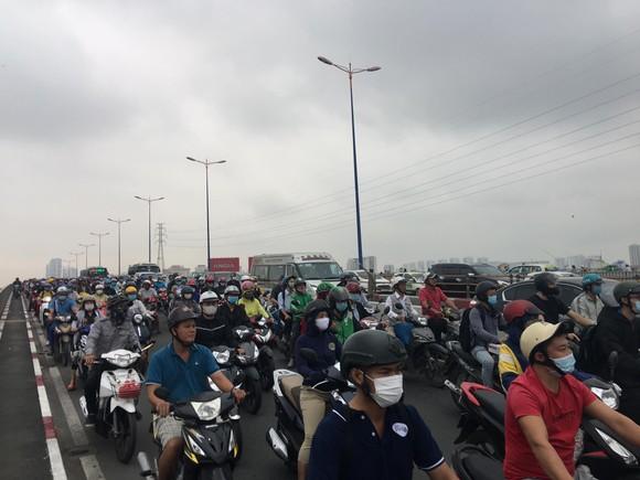 Xe khách leo lên dải phân cách trên cầu Sài Gòn, giao thông tê liệt nhiều giờ ảnh 4
