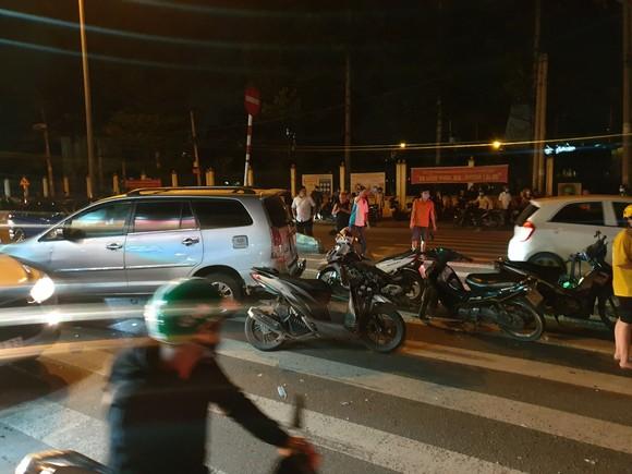 """Xe ô tô """"điên"""" tông nhiều xe máy khiến nhiều người bị thương ở quận Thủ Đức ảnh 4"""