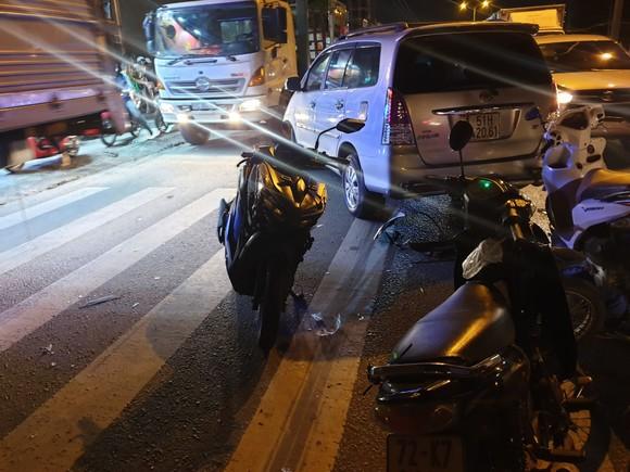"""Xe ô tô """"điên"""" tông nhiều xe máy khiến nhiều người bị thương ở quận Thủ Đức ảnh 3"""