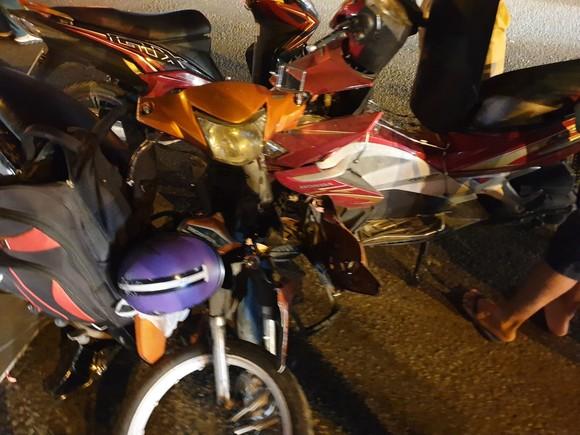"""Xe ô tô """"điên"""" tông nhiều xe máy khiến nhiều người bị thương ở quận Thủ Đức ảnh 6"""