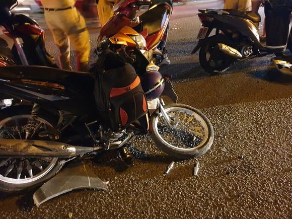 """Xe ô tô """"điên"""" tông nhiều xe máy khiến nhiều người bị thương ở quận Thủ Đức ảnh 7"""