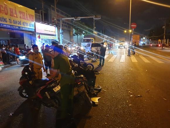 """Xe ô tô """"điên"""" tông nhiều xe máy khiến nhiều người bị thương ở quận Thủ Đức ảnh 1"""
