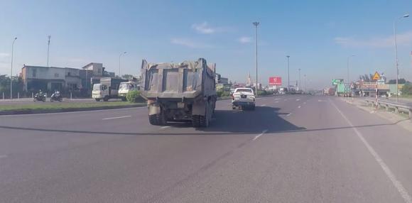 Khởi tố tài xế chạy xe ben tông vào xe CSGT ảnh 1