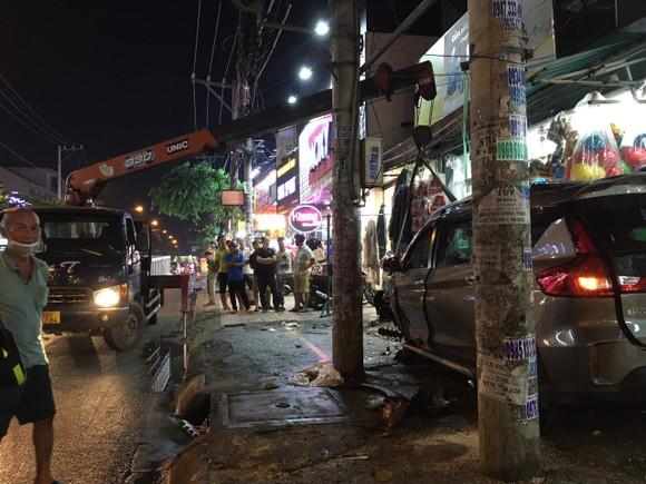 Ô tô 'điên' tông nhiều xe máy rồi lao vào nhà dân ở quận 12 ảnh 2