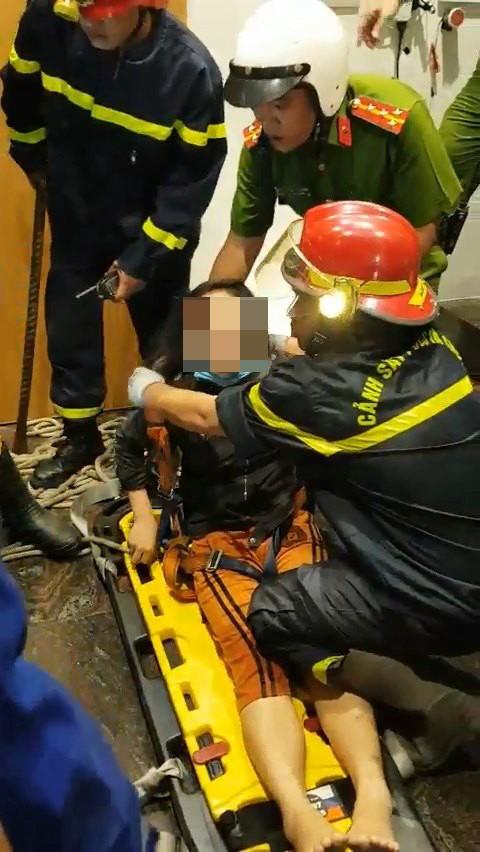 Giải cứu thành công cô gái mắc kẹt trong thang máy bị rơi ảnh 4