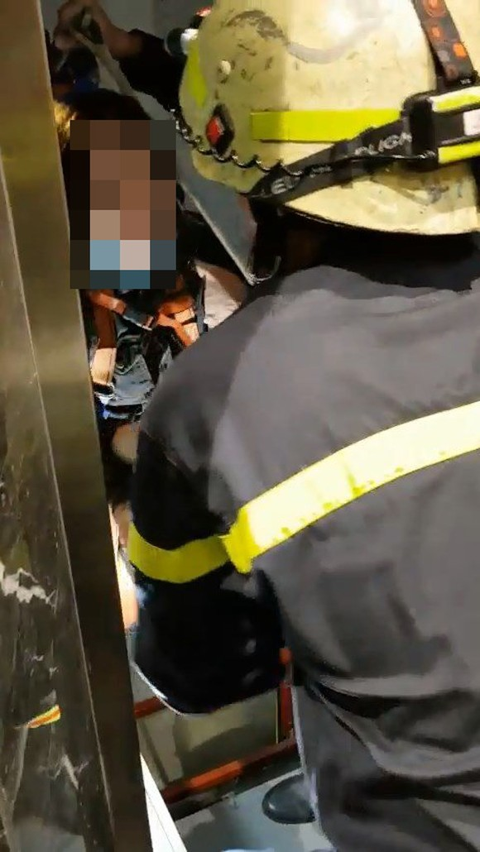 Giải cứu thành công cô gái mắc kẹt trong thang máy bị rơi ảnh 3