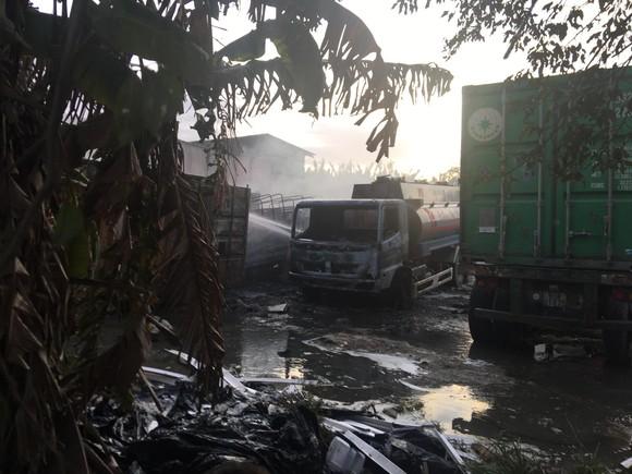 Cháy bãi xe ở quận 9 khiến nhiều xe bị thiêu rụi  ảnh 4