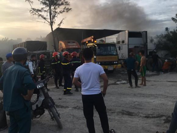 Cháy bãi xe ở quận 9 khiến nhiều xe bị thiêu rụi  ảnh 3