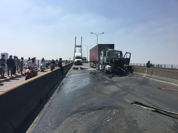 Xe container cháy trên cầu Phú Mỹ, giao thông ùn ứ kéo dài ảnh 3