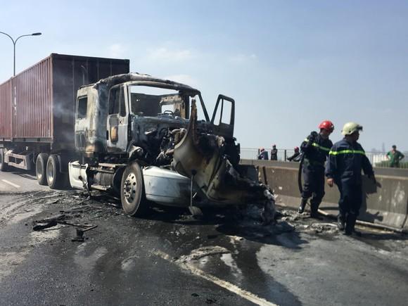 Xe container cháy trên cầu Phú Mỹ, giao thông ùn ứ kéo dài ảnh 1