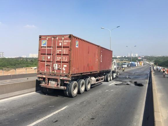 Xe container cháy trên cầu Phú Mỹ, giao thông ùn ứ kéo dài ảnh 4