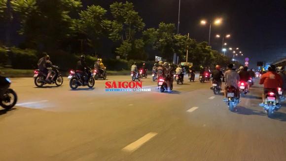 """Hàng trăm """"quái xế"""" tiếp tục đua xe gây náo loạn huyện Bình Chánh ảnh 7"""
