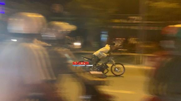 """Hàng trăm """"quái xế"""" tiếp tục đua xe gây náo loạn huyện Bình Chánh ảnh 3"""