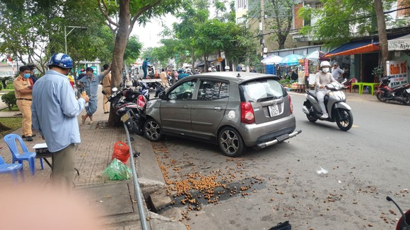 """Ô tô """"điên"""" tông 4 xe máy, 2 cô gái bị thương nặng nhập viện cấp cứu ở quận Bình Thạnh ảnh 2"""