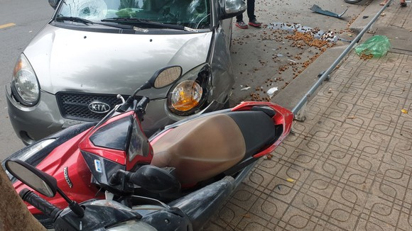 """Ô tô """"điên"""" tông 4 xe máy, 2 cô gái bị thương nặng nhập viện cấp cứu ở quận Bình Thạnh ảnh 3"""