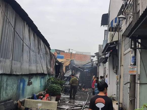 Cháy xưởng sắt và xưởng bao bì ở huyện Bình Chánh ảnh 2