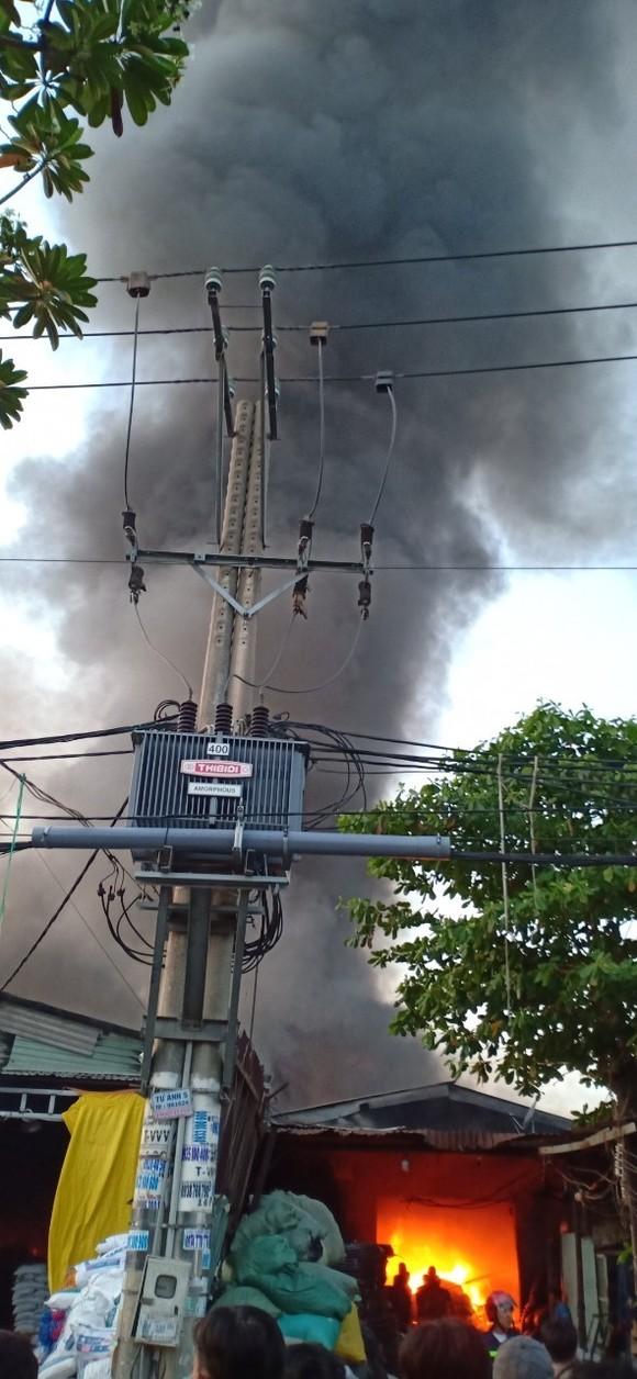 Cháy lớn tại 2 xưởng nhựa ở huyện Bình Chánh, khói đen bốc cao hàng chục mét ảnh 2