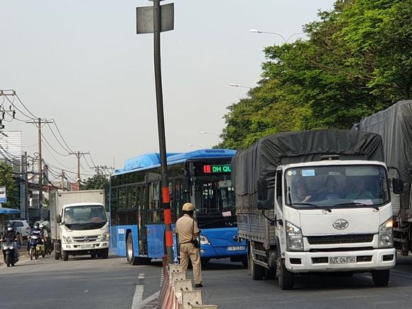 Xe tải tông dải phân cách trên quốc lộ 1 chắn giữa đường, giao thông ùn ứ nhiều giờ ảnh 8