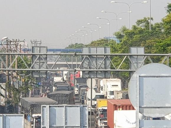 Xe tải tông dải phân cách trên quốc lộ 1 chắn giữa đường, giao thông ùn ứ nhiều giờ ảnh 5