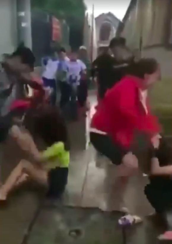 2 thiếu nữ bị hành hung ở Biên Hòa do nẹt pô, nhìn đểu ảnh 1