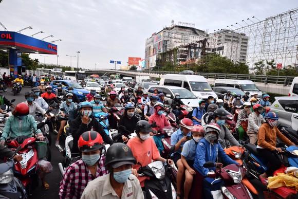Các phương tiện ùn ứ gần khu vực sân bay Tân Sơn Nhất. Ảnh: CHÍ THẠCH