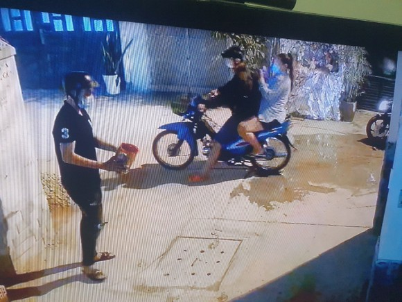 Nhà một gia đình ở quận Bình Tân liên tục bị 'khủng bố' bằng sơn đỏ và đá ảnh 5