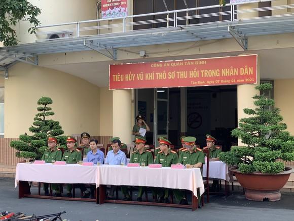 Công an quận Tân Bình tiêu hủy nhiều vũ khí thô sơ các loại ảnh 1