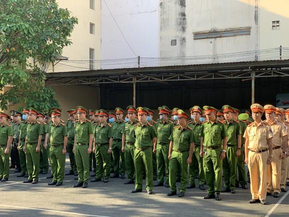 Công an quận Tân Bình tiêu hủy nhiều vũ khí thô sơ các loại ảnh 5
