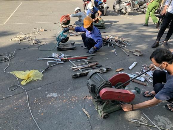 Công an quận Tân Bình tiêu hủy nhiều vũ khí thô sơ các loại ảnh 10