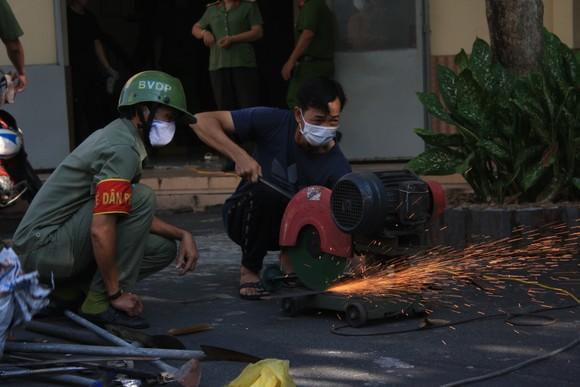 Công an quận Tân Bình tiêu hủy nhiều vũ khí thô sơ các loại ảnh 12