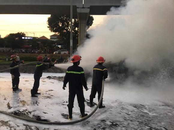 Xe container bốc cháy dữ dội trên Xa lộ Hà Nội ảnh 2