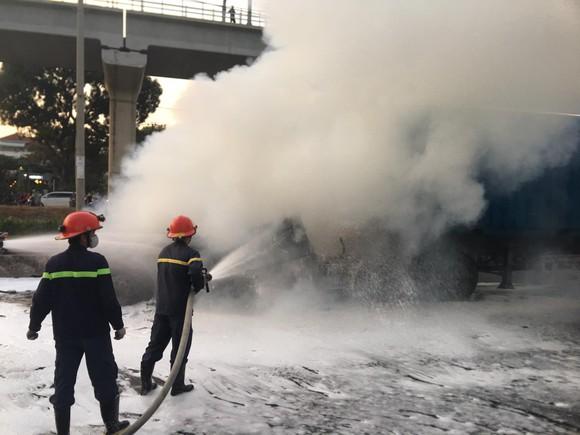 Xe container bốc cháy dữ dội trên Xa lộ Hà Nội ảnh 3