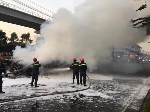 Xe container bốc cháy dữ dội trên Xa lộ Hà Nội ảnh 4
