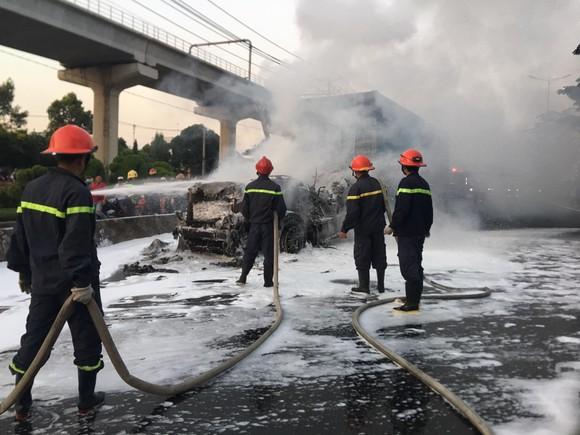 Xe container bốc cháy dữ dội trên Xa lộ Hà Nội ảnh 5