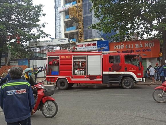 Cháy công trình xây dựng ở quận Bình Thạnh, 1 nữ công nhân bị ngất xỉu ảnh 1