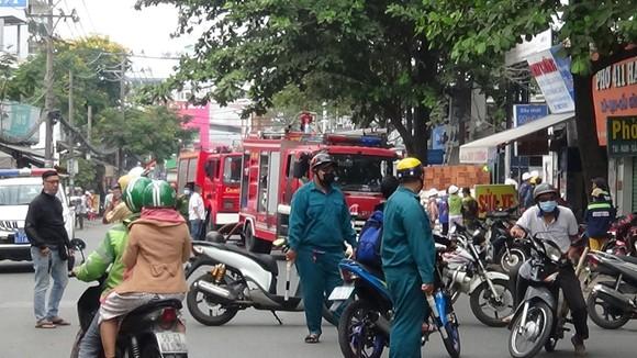 Cháy công trình xây dựng ở quận Bình Thạnh, 1 nữ công nhân bị ngất xỉu ảnh 4