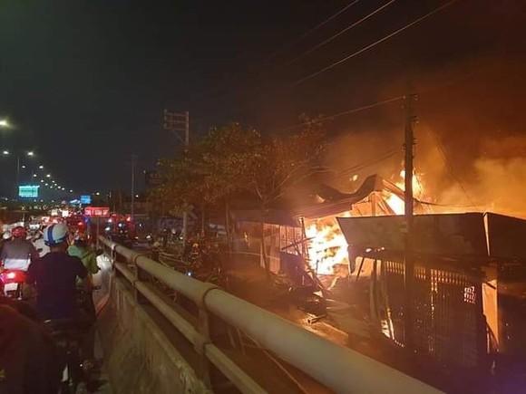 Cháy xưởng gỗ ở phường An Phú Đông, quận 12 ảnh 1