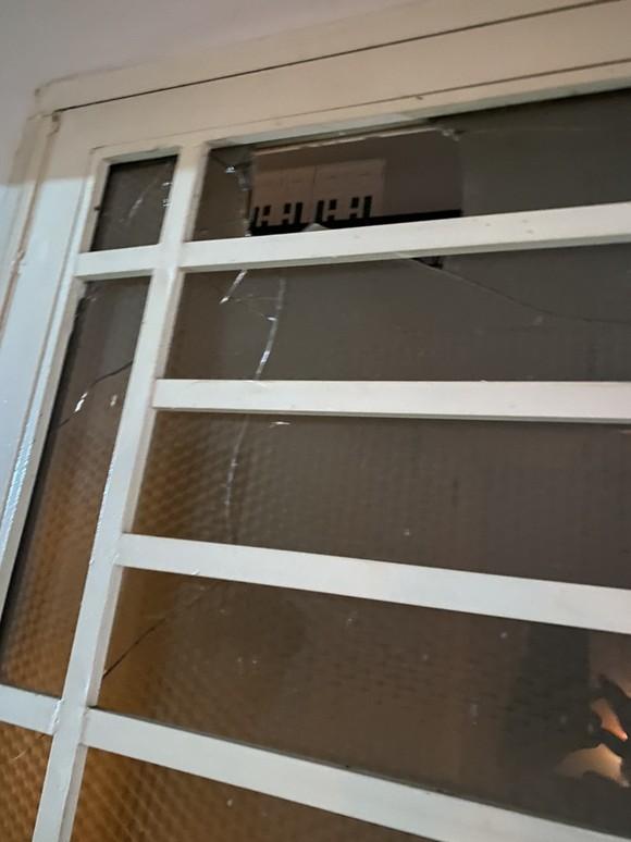 Nhà một gia đình ở quận Bình Tân liên tục bị 'khủng bố' bằng sơn đỏ và đá ảnh 2