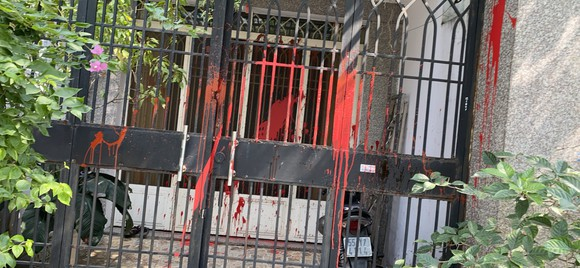 Nhà một gia đình ở quận Bình Tân liên tục bị 'khủng bố' bằng sơn đỏ và đá ảnh 1