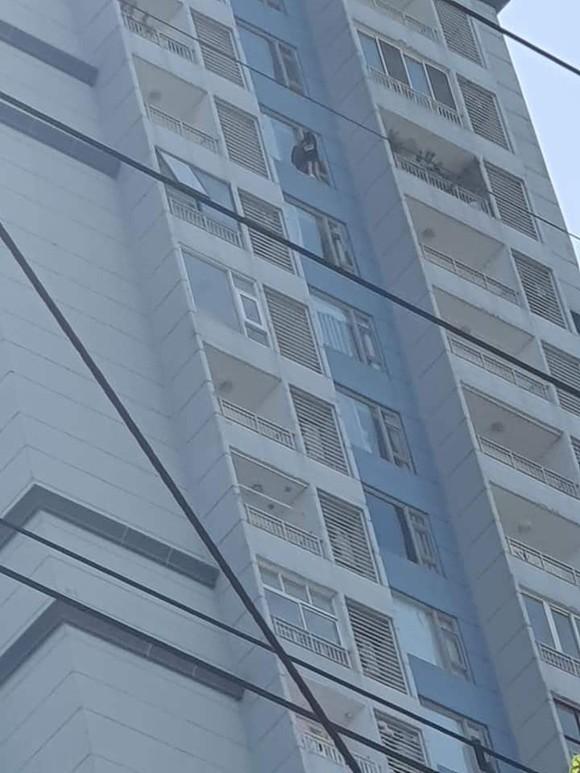 Đang giải cứu cô gái đòi nhảy từ tầng cao một chung cư ở TP Thủ Đức để tự tử ảnh 1