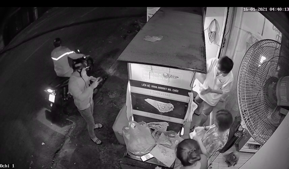 Kẻ gian trộm điện thoại di động rồi nhắn tin mượn tiền khách hàng của nạn nhân ảnh 1