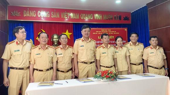 CSGT Công an 7 tỉnh, thành phố giáp ranh ký kết phối hợp đảm bảo TTATGT – TTXH. Ảnh: CHÍ THẠCH