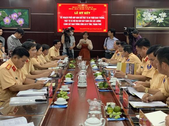 CSGT Công an 7 tỉnh, thành phố giáp ranh ký kết phối hợp đảm bảo TTATGT – TTXH ảnh 2