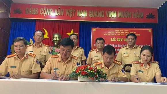 CSGT Công an 7 tỉnh, thành phố giáp ranh ký kết phối hợp đảm bảo TTATGT – TTXH ảnh 3