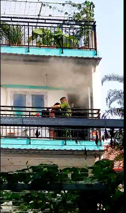 Giải cứu cháu bé bị mắc kẹt ở tầng 2 căn nhà bị cháy  ảnh 3
