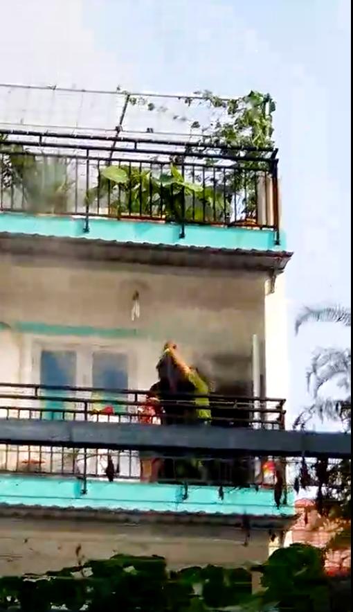 Giải cứu cháu bé bị mắc kẹt ở tầng 2 căn nhà bị cháy  ảnh 4