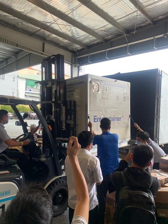 117.600 liều vaccine Covid-19 đầu tiên đã về Việt Nam ảnh 7